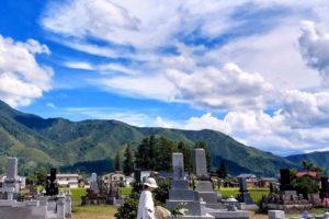 お墓と青空イメージ画像